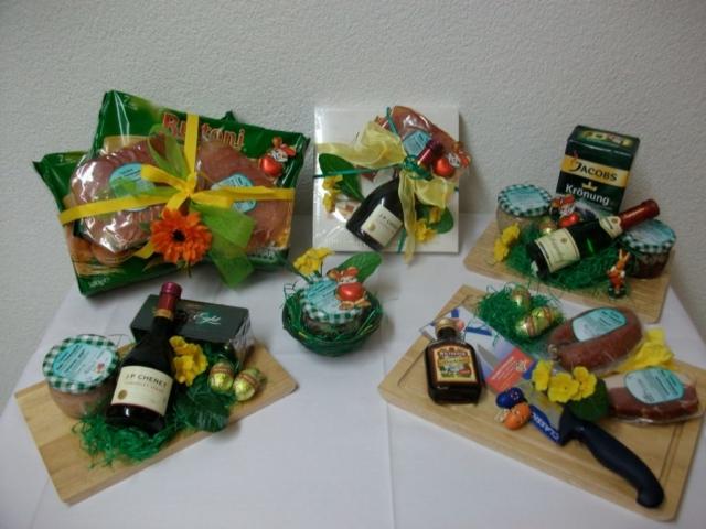 Geschenkideen auf Holzbrettern, Nudeln, Pralinen usw.