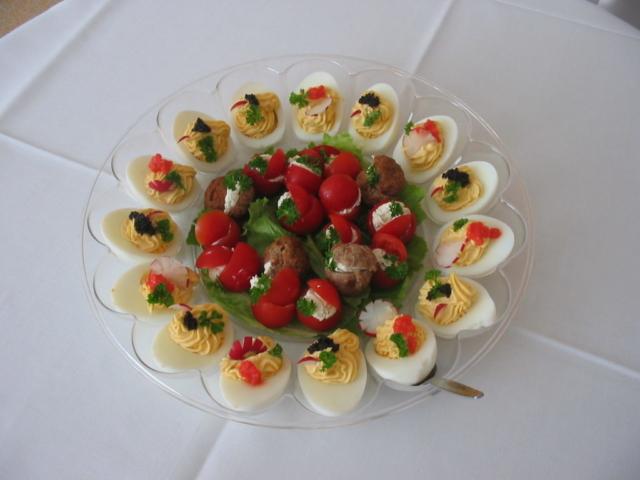gefüllte Eier, Tomaten und kleine Boulettchen